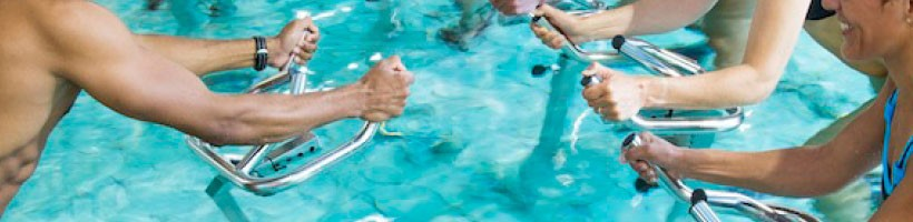 Cours d'aqua biking au rythme de la musique dans une piscine chauffée à 32°C